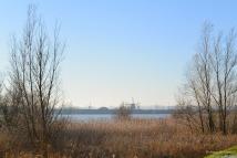 Aan de overkant zie je Kinderdijk liggen.